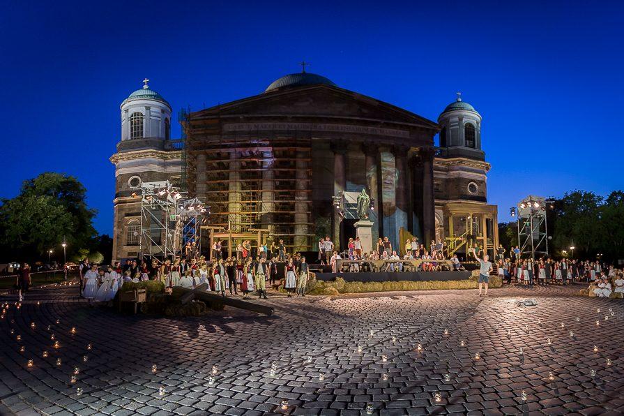 Esztergomi-Várszínház-Bazilika-előtti-színpad